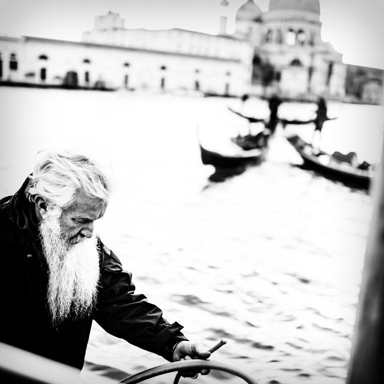 Foto eines Gondolieri vor der Kirche Santa Maria della Salute in Venedig